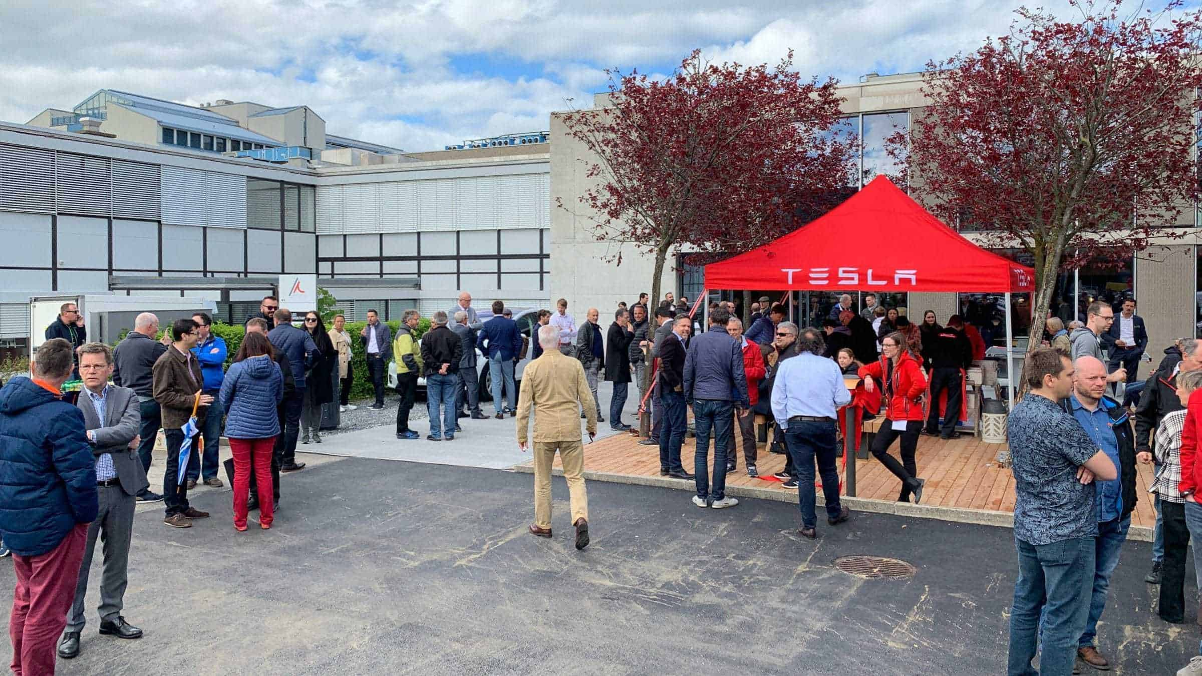 Techgarage Tesla Supercharger Dietikon Eröffnung Crowd Cut